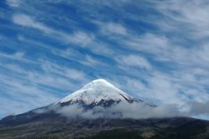 """Der Vulkan Osorno in der """"chilenischen Schweiz"""". Unter dem Schnee – glaubt man der Sage vom Pillán – wartet der böse Geist des Berges auf seine Befreiung. © skyf, Fotolia.com"""